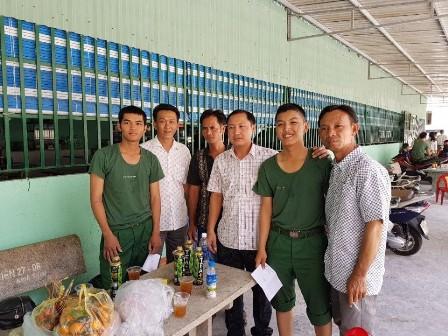 Hội đồng nghĩa vụ Quân sự phường 4 đã tổ chức đoàn đến thăm và tặng quà cho các tân binh