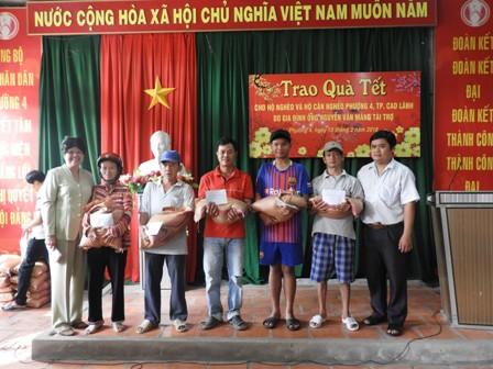 Tặng quà cho các hộ nghèo nhân dịp Tết Nguyên đán